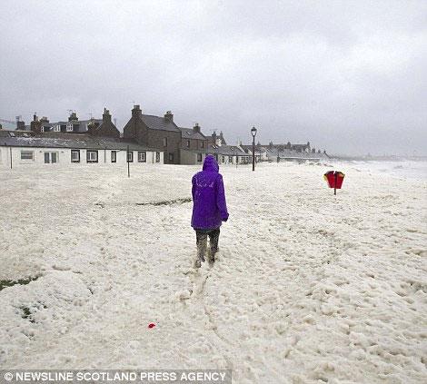 Scotland chìm trong bão bọt biển