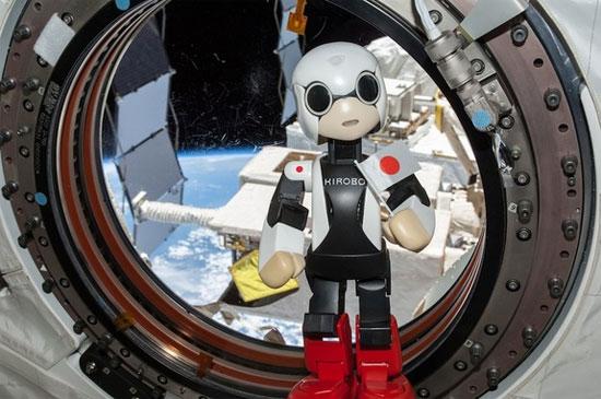 Robot nói đầu tiên trên không gian
