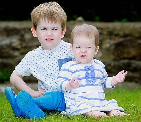 Anh em sinh đôi chào đời cách nhau hơn 2 năm