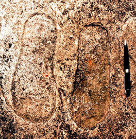 Phát hiện dấu chân cổ đại và hình vật thể bay bí ẩn