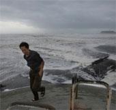 Video: Bão Man-Yi tàn phá Nhật Bản