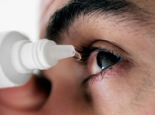 Bệnh đau mắt đỏ lây truyền qua đường hô hấp, đồ dùng cá nhân như: Khăn mặt, chậu rửa mặt.