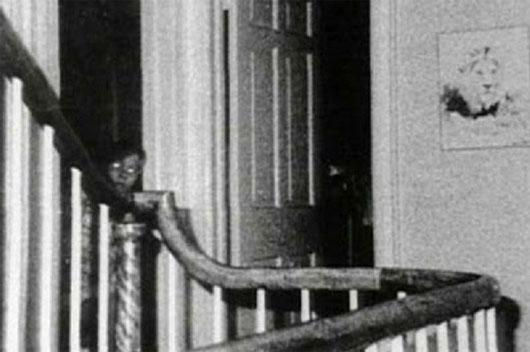 Nhà George phát hiện khuôn mặt cậu bé đầy tức giận cùng đôi mắt đỏ hoe trong ngôi nhà mình