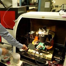 """Máy tính làm hoàn toàn bằng """"ống nano carbon"""" siêu nhỏ"""