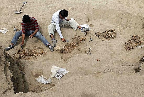 Những bộ xương người và động vật được tìm thấy trên một cồn cát ven biển phía bắc Peru.