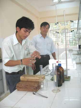Trần Đình Đại đang thực nghiệm để chế tạo keo dán (Ảnh: Đ.Hùng)