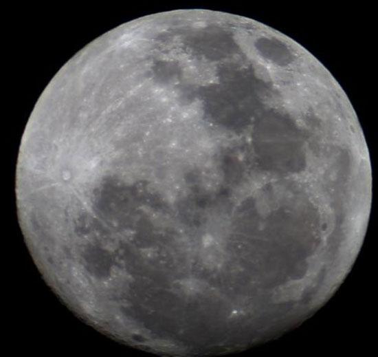 """Phát hiện """"báu vật"""" titan trên Mặt trăng"""