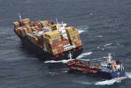 Dầu tràn lan tới bờ, bão đe dọa tàu mắc cạn trên biển