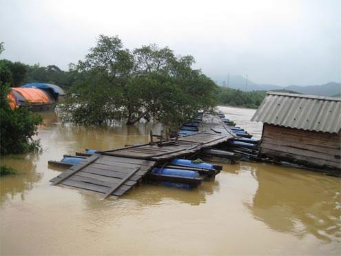 Một số cầu phao qua sông Ngàn Sâu bị cắt đứt bởi lũ. (Ảnh: Ngọc Vượng)