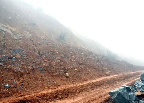 Mưa lớn làm sạt lở núi nghiêm trọng gây ách tắc giao thông, đe dọa tính mạng người đi đường trên tuyến Trà My (Quảng Nam) đi Trà Bồng - Dung Quất (Quảng Ngãi). (Ảnh: Trí Tín)