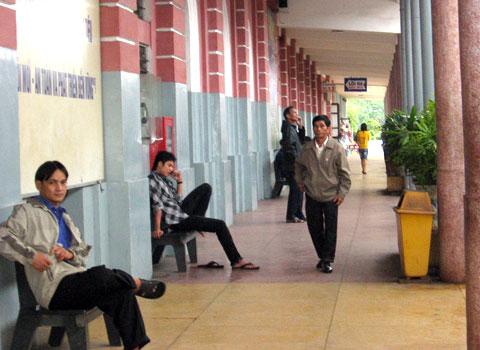 Hành khách của tàu SE2 và SE4 ngồi chờ tại Ga Huế để tiếp tục hành trình. (Ảnh: Trần An)