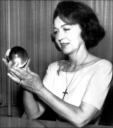 Jeane Dixon là nhà chiêm tinh nổi tiếng trong những năm 1960