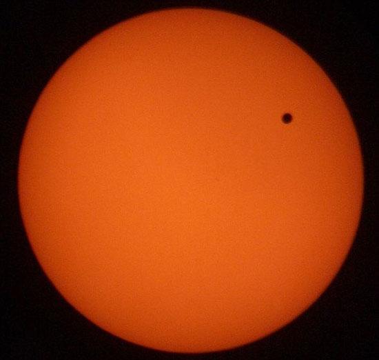 Sao Thủy (chấm đen) quá nhỏ và nằm rất gần mặt trời.
