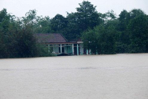 Hàng ngàn nhà dân ở miền Trung đang ngập sâu trong lũ. (Ảnh: Nguyễn Đông)