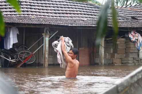 Người dân phải chuyển đồ đạc lên cao tránh lũ và sinh hoạt trong điều kiện khó khăn. (Ảnh: Nguyễn Đông)