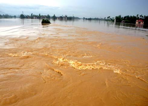 Sáng nay, mưa lũ vẫn còn gây cô lập, chia cắt nhiều khu dân cư ở các tỉnh miền Trung. (Ảnh: Trí Tín)