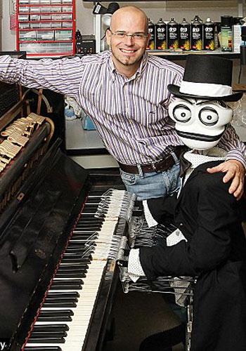 """Chú robot Teotronica và """"cha đẻ"""" Matteo Suzzi - (Ảnh: DM)"""