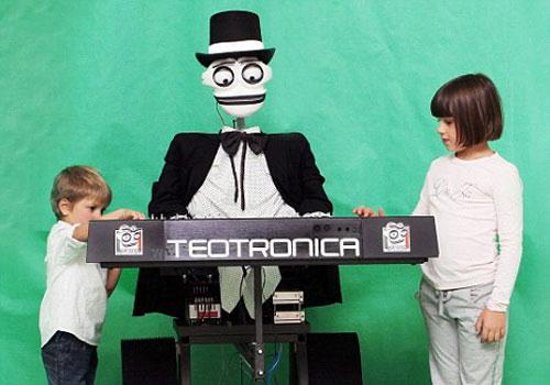 Robot Teotronica luôn thu hút sự chú ý của khách mời tại các buổi tiệc - (Ảnh: DM)
