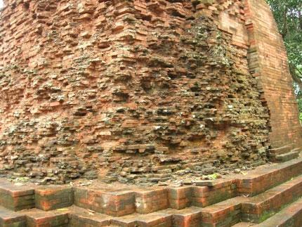 Tháp được xây bằng gạch ghép khít lại nhưng không nhìn thấy vữa kết dính. (Ảnh: Diễm Hằng)