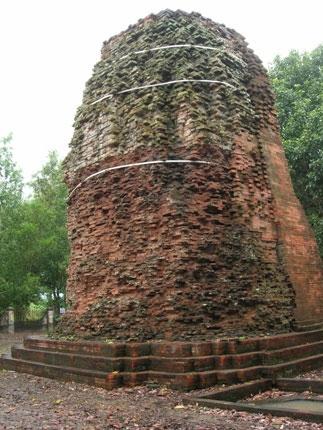 Tháp cổ ở Bạc Liêu, nơi đây các nhà khảo cổ đã phát hiện tấm bia khắc chữ Phạn ghi rõ tháng 814 tương ứng với năm 892. (Ảnh: Diễm Hằng)