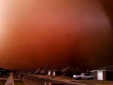 """Bão cát nghiêm trọng """"nhuộm đỏ"""" bầu trời Texas"""