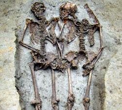 """Xác chết """"nắm tay"""" nhau suốt 1.500 năm"""