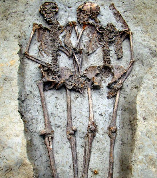 Hai bộ hài cốt được chôn theo tư thế nắm tay nhau cho thấy người cổ đại coi trọng mối quan hệ của mình không chỉ lúc sống mà cả khi chết (Ảnh: News.discovery)