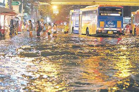 Nước ngập ở con đường đối diện trung tâm mua sắm Pata, quận Bang Phlat, Bangkok chiều qua. (Ảnh: Bangkok Post)