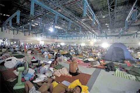 Hàng nghìn người dân tạm trú ở sân tập thể thao của đại học Thammasat, tỉnh Pathum Thani. (Ảnh: Bangkok Post)