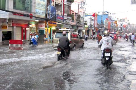 Nhiều tuyến đường Sài Gòn ngập nặng do triều cường