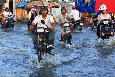 Triều cường dâng cao, dân Sài Gòn quay cuồng trong biển nước