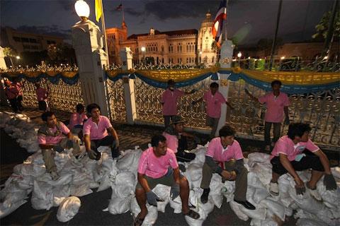 Các tình nguyện viên tham gia đắp đê ngăn lũ tại Tòa nhà Chính phủ Thái Lan.