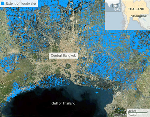 Sơ đồ cho thấy dòng nước lụt (màu xanh) đang bao vây thủ đô Bangkok.