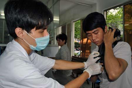 Tiêm phòng vắc- xin dại tại Chi cục Thú y TP.HCM. (Ảnh: Thái Ngọc)