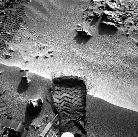 """""""Dấu chân"""" đầu tiên in hằn trên sao Hỏa thực chất là vết lốp xe của tàu thăm dò Curiosity."""