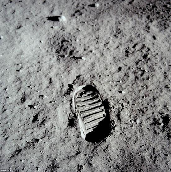 Một trong những dấu chân mang tính biểu tượng của phi hành gia Mỹ Neil Armstrong - người đầu tiên đặt chân lên Mặt trăng - vẫn còn lưu lại nơi này.