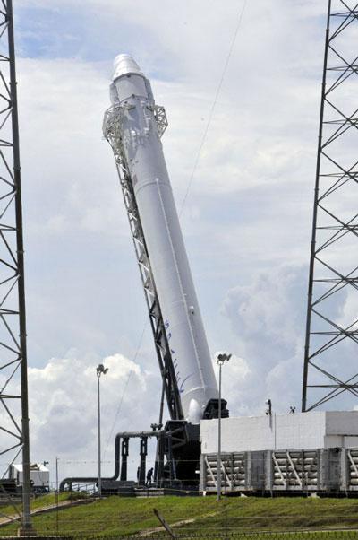 Tên lửa của công ty SpaceX trên bệ phóng trước giờ khởi hành tại Cape Canaveral, Florida.