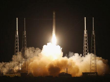 Tên lửa Falcon 9 đưa Dragon rời trái đất đúng theo dự kiến.