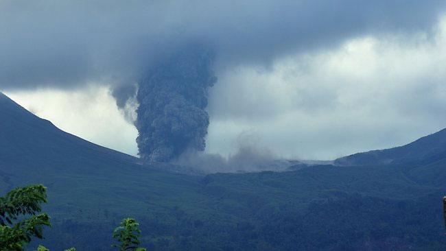 Núi lửa Lokon phát nổ dữ dội