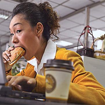 Dễ chết do ăn trưa tại bàn làm việc