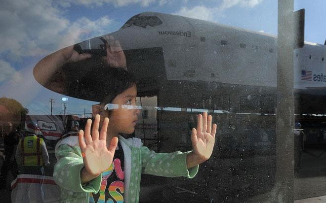 Hình ảnh Endeavour phản chiếu trên cửa kính