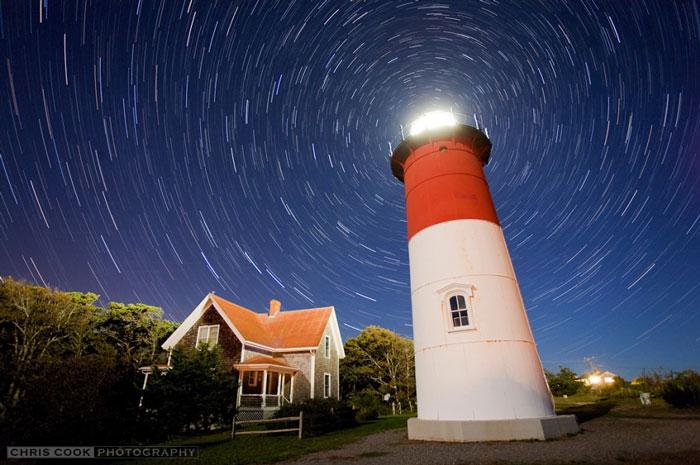 Theo Thần thoại Hy Lạp, thần Atlas đỡ bầu trời trên vai, nhưng trong bức hình này, cây đèn hải đăng Nauset ở mũi Cod, Masachusettes, Mỹ mới làm điều đó. Ghép lại từ 30 bức ảnh phơi sáng 1 phút, những vệt sáng này của bầu trời sao phương Bắc biểu thị rõ chuyển động tự quay của Trái đất quanh trục với Thiên cực Bắc nằm ẩn sau ánh đèn hải đăng. Mỗi ngày bầu trời sao quay hết 360 độ tức là 15 độ/giờ.