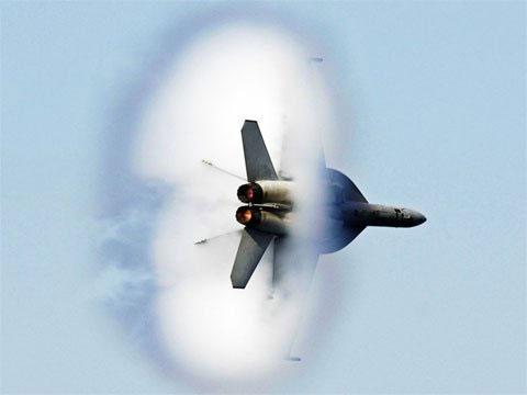 Thời khắc máy bay chọc thủng rào cản âm thanh