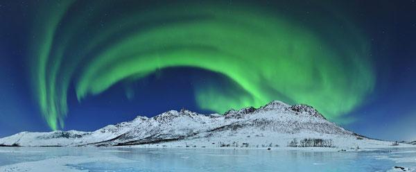 Cực quang xuất hiện trên núi băng ở Đảo Kval ya, cách thành phố Troms, Na Uy khoảng 30km về phía Bắc.