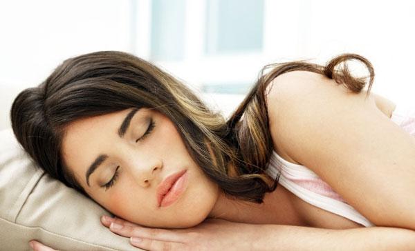 Không nên mặc áo ngực và hãy gối đầu cao khi ngủ