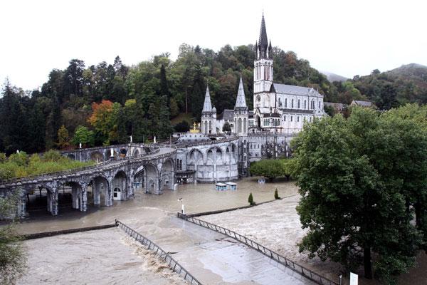 Pháp: Lũ lụt ở Thánh địa Lourdes gây thiệt hại lớn