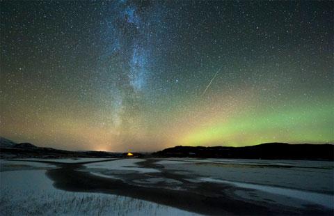 Một vệt sao băng xuyên qua cực quang tại Hemnes, Na Uy vào đêm 20/10.