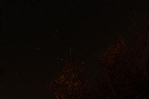 Sao băng bay ngang bầu trời phía trên thành phố Clinton, bang Michigan, Mỹ vào rạng sáng ngày 21/10.