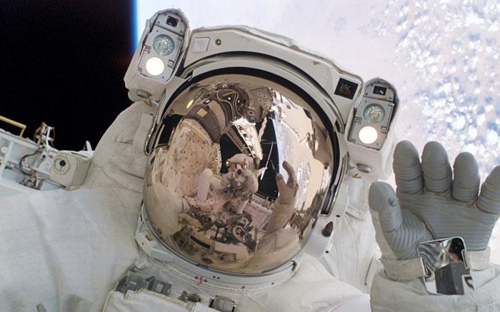 Phi hành gia người Nhật Bản Soichi Noguch và phi hành gia Steve Robinson (qua kính phản chiếu)