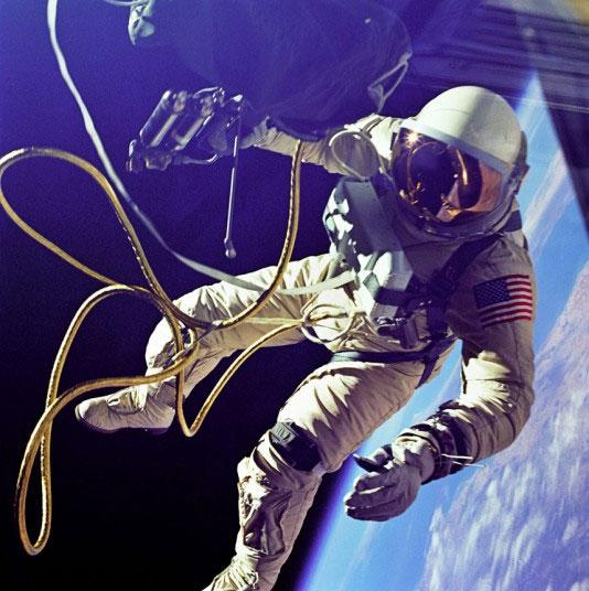 Phi hành gia Edward H.White trôi nổi trong vũ trụ suốt 21 phút khi thực hiện chuyến bay vào không gian ngày 3 tháng 6 năm 1965.